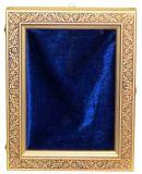 Данный киот выполнен из натурального дерева. Внутри киота оборудован мягкий ложемент, драпированный синим бархатом, аккуратно поддерживающий и фиксирующий икону. Рельефный орнамент рамки органично дополняет узор полей иконы.